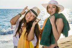 Привлекательные дамы на пляже на солнечный день Стоковые Изображения