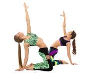 Привлекательные атлетические девушки представляя на камере Стоковые Изображения