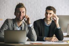 Привлекательные белые бизнесмены на рабочем месте Стоковое фото RF