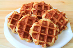 Привлекательные бельгийские Waffles на белой плите, который служат на деревянном столе Стоковое фото RF
