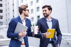 Привлекательные 2 бизнесмена делают пролом Стоковые Изображения RF