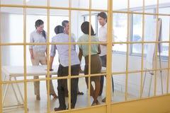 Привлекательные бизнесмены говоря друг с другом Стоковое Изображение RF
