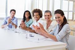 Привлекательные бизнесмены на деловой встрече Стоковое Изображение