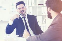 Привлекательные бизнесмены обсуждая вещество Стоковая Фотография RF