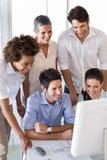 Привлекательные бизнесмены работая крепко на компьютере Стоковое Фото