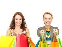 Привлекательные девушки держа хозяйственные сумки цвета Стоковое Изображение