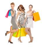 Привлекательные девушки держа хозяйственные сумки цвета Стоковые Изображения RF
