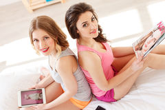 Привлекательные 2 девушки имея потеху совместно Стоковое фото RF