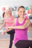 Привлекательные девушки пригонки работают в спортзале Стоковое фото RF