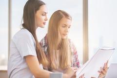 Привлекательные девушки работая на проекте Стоковое Изображение