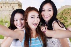 Привлекательные девушки фотографируя на Великой Китайской Стене Стоковое фото RF