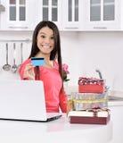 привлекательные детеныши женщины подарка коробок стоковая фотография rf