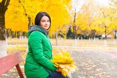 Привлекательные женщины ждать на скамейке в парке Стоковые Фотографии RF