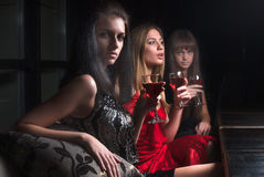 Привлекательные женщины ослабляют в кафе стоковые фото