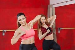 Привлекательные женщины танцуя совместно в классе Zumba Стоковая Фотография