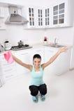 Привлекательные красивые женщины после убирать дом Стоковые Фотографии RF