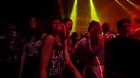 Привлекательные маленькие девочки танцуют в толпить ночном клубе движение медленное акции видеоматериалы