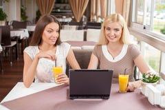 Привлекательные молодые женские друзья открывают Стоковые Изображения