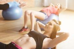 Привлекательные молодые женщины тренируют их тела Стоковые Фотографии RF