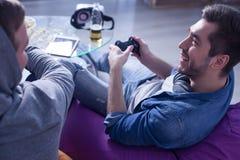 Привлекательные молодые парни играют видеоигру Стоковая Фотография