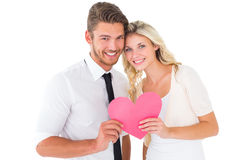 Привлекательные молодые пары держа розовое сердце Стоковое Фото