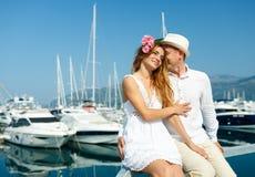 Привлекательные молодые пары идя наряду с Мариной с причаленный стоковые фото