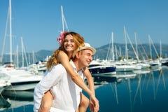 Привлекательные молодые пары идя наряду с Мариной с причаленный стоковое изображение rf