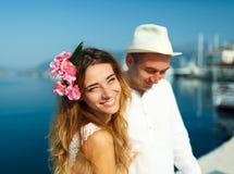Привлекательные молодые пары идя наряду с Мариной - wedding c стоковое фото
