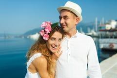 Привлекательные молодые пары идя на роскошный портовый район в лете стоковое фото rf
