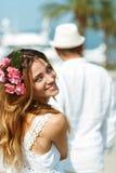 Привлекательные молодые пары идя на роскошный портовый район в лете стоковые изображения rf