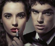 Привлекательные пары напротив зеркала Стоковое Фото