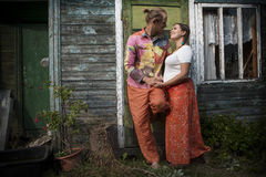 Привлекательные молодые пары на деревянной доме Стоковое фото RF