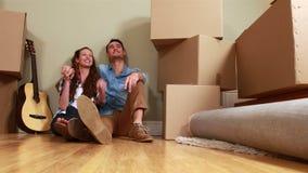 Привлекательные молодые пары распаковывая коробки видеоматериал