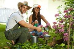 Привлекательные молодые пары садовничая совместно Стоковые Изображения
