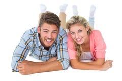 Привлекательные молодые пары усмехаясь на камере Стоковая Фотография