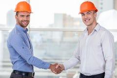 Привлекательные молодые работники поздравляют каждое Стоковые Изображения