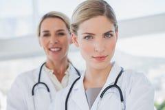 Привлекательные доктора стоя совместно Стоковое фото RF