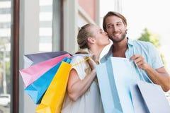 Привлекательные пары держа хозяйственные сумки Стоковые Фото