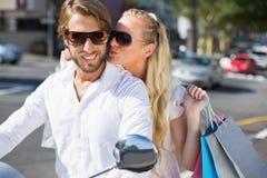Привлекательные пары ехать самокат Стоковое Фото