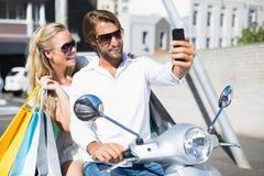 Привлекательные пары ехать самокат Стоковая Фотография