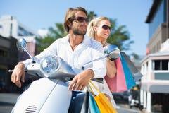 Привлекательные пары ехать самокат Стоковые Фотографии RF