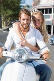 Привлекательные пары ехать самокат Стоковая Фотография RF