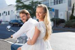 Привлекательные пары ехать самокат Стоковое Изображение