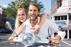 Привлекательные пары ехать самокат Стоковое Изображение RF