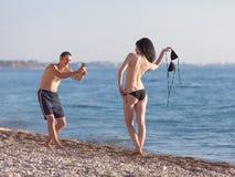 Привлекательные пары на море Стоковое фото RF