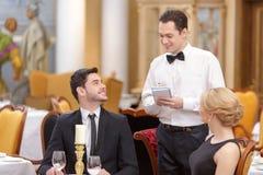 Привлекательные пары посещая роскошный ресторан Стоковое Изображение RF