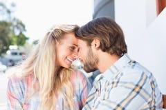 Привлекательные пары сидя на стенде Стоковое Изображение