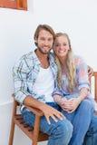Привлекательные пары сидя на стенде Стоковые Изображения RF