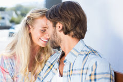 Привлекательные пары сидя на стенде Стоковые Изображения