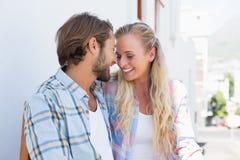 Привлекательные пары сидя на стенде Стоковое Изображение RF